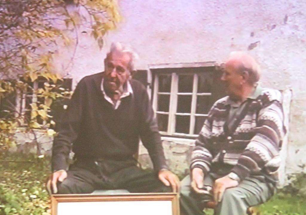 Szene aus dem Film: Georg Beinhofer (links) mit dem Filmer Josef Bayr.